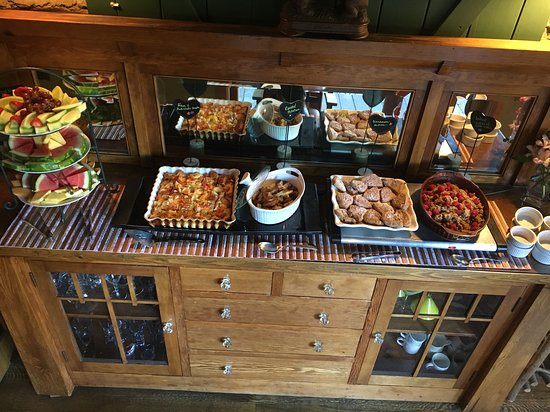 Evergreen, CO: Full hot breakfast buffet served daily to our guests