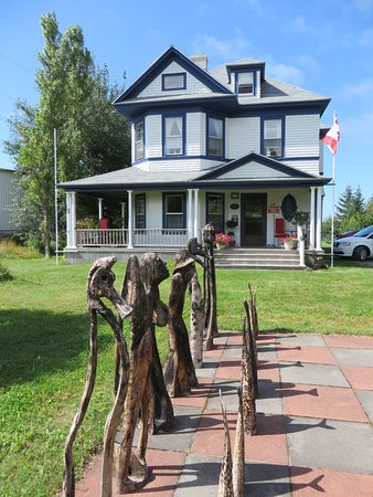 Port Hood, Canadá: Chess Characters in front of the Country Inn
