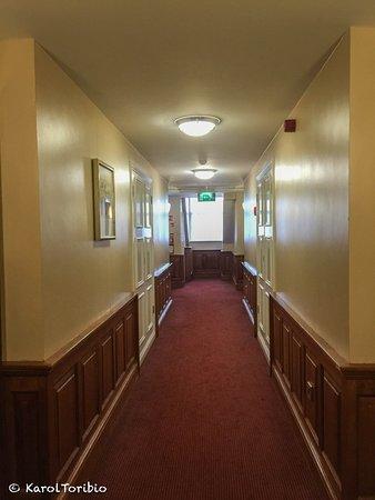 Red Cow Moran's Hotel: Pasillo de acceso a las habitaciones