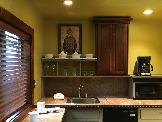 Evergreen, CO: wet bar kitchenette in Hillside Cottage
