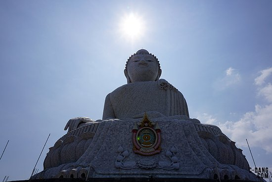 Chalong, Tailandia: Right below, the statue. 43 meters taller!