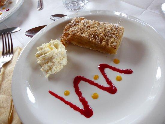 Линейн, Ирландия: Un trés bon crumble servit chaud, avec sa boule de glace. Un délice