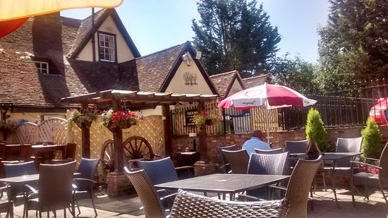 Hertford, UK: I enjoyed the terrace with tables and unbrellas