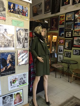 Bodega, Californië: Inside view (mannequin of Tippi Hedron) as you walk in to the right