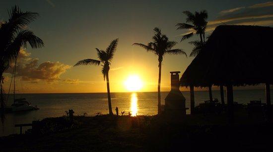 Paradise Taveuni: sunset across the garden