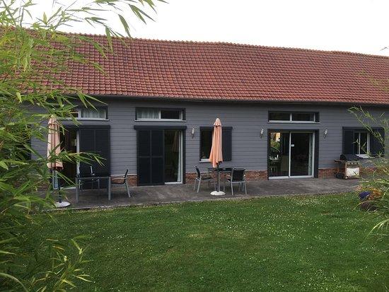 Neufmoulin, France : Achterkant nieuwste deel met 3 kamers en de grote leefkeuken! Erg netjes en sfeervol.