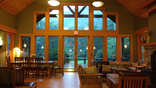 Minnewaska Lodge: Main Room - also where breakfast is served