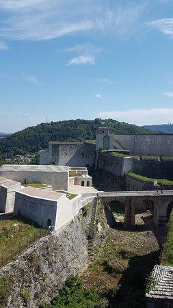 La Citadelle de Besançon: Vue de l'entrée de la citadelle depuis le rempart
