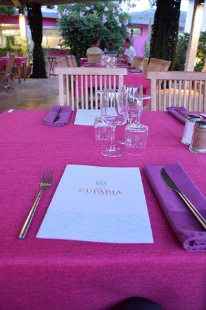 Serra-di-Ferro, Frankrijk: une des tables du restaurant