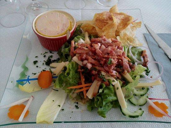 Chaumont, France: Salade grande taille (foi gras, oeuf, lardon, salade, bâtonnets de fromage, chips maison)