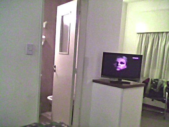 Complejo Turistico Americano: desde la cama,puerta del baño,habitacion 302,3er piso
