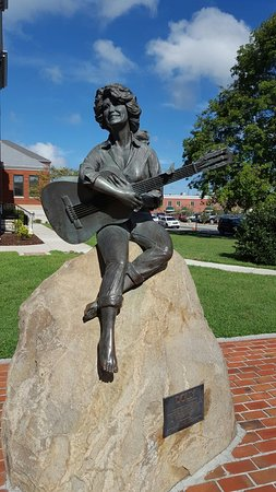 Dolly Parton Statue: 20160822_103149_large.jpg