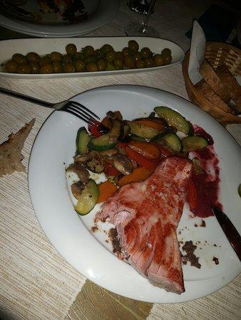 Maslinica, Croacia: seabass and tuna steak