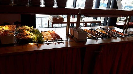 Maritime Centre Vellamo: Salat, Fisch, warme Speisen