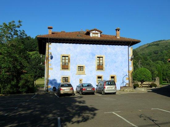 Llano de Con, Spain: Fachada del hotel desde la puerta de entrada