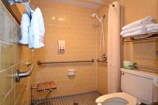 Quality Inn: 2 Queen Accessible Room with Roll-in Shower