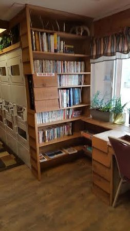 Rawlins, WY: Mail room and free book exchange for all guets