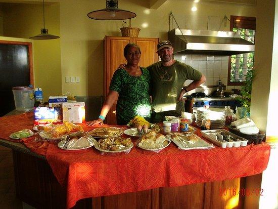 Lynn's Getaway Hotel: Con Pina en en la cocina.