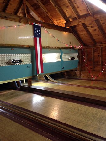 Sebasco Harbor Resort: Vintage candle pin bowling in the Quarterdeck (playroom)