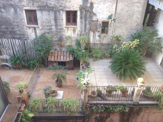Hotel Gresi: Rear room view over courtyards.