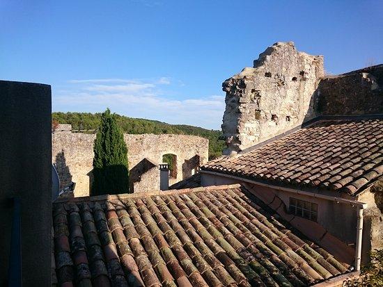 La Vieille Fontaine : les ruines du château depuis la terrasse