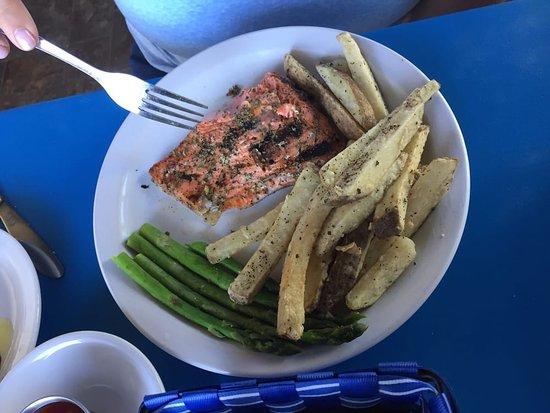 Battle Ground, วอชิงตัน: Grilled Salmon w/Greek Fries & Asparagus