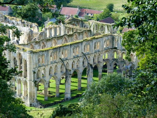 Helmsley, UK: Rievaulx abbey from above