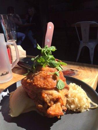 Windsor, ออสเตรเลีย: Pork knuckle ($30) big serving