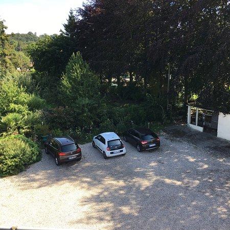 Saint-Aubin-sur-Scie, France: Un petit parking suffisant pour satisfaire tous les hôtes.