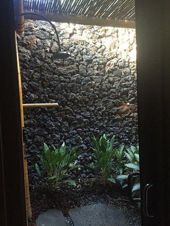 Four Seasons Resort Hualalai: Outdoor Lava Rock shower room