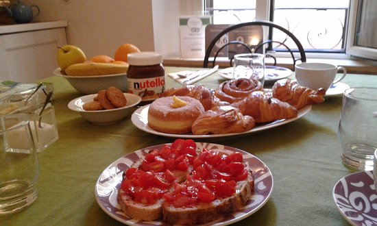 Domus Quiritum B&B: Breakfast with Pane & Pomodoro!