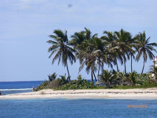 Сент-Франсуа, Гваделупа: à droite de la plage des raisins clairs, la pointe de Chrystal beatch