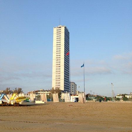 Cesenatico, Italia:  grattacielo visto dalla spiaggia libera