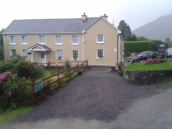 Black Valley Hostel : View of the hostel from the road