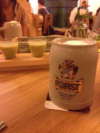 Mals im Vinschgau, Italien: Forst doppio malto e bicchierini di crema di zucchine.