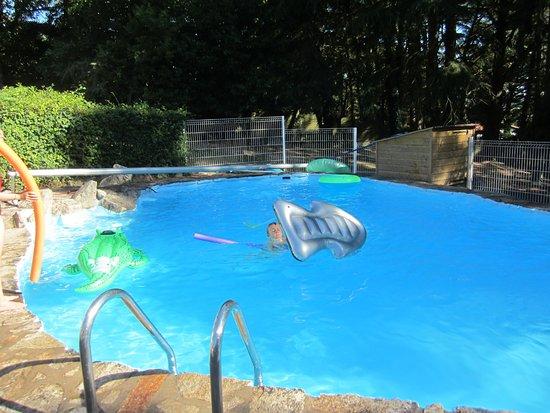 Saint-Laurent-sur-Sevre, Francia: piscine avec jouets gonflables