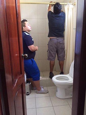 Puerto Baquerizo Moreno, Ισημερινός: Personal del hotel encintando la conexión eléctr. de la ducha