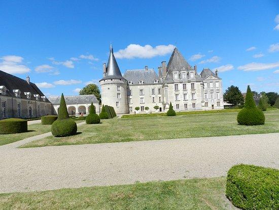 Azay-le-Ferron, Francia: Cour intérieure du château et jardins