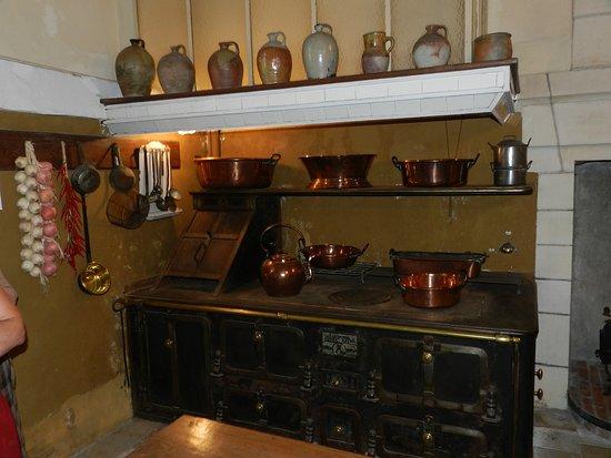Azay-le-Ferron, Francia: Fourneau dans les cuisines