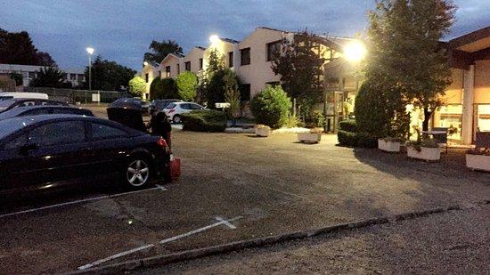 Parking exterieur et espace detente photo de ibis budget for Parking exterieur