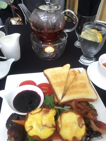 Spaniard's Bay, Canada: Brunch special - Quiche, bacon, blueberry jam, toast, salad, tomato