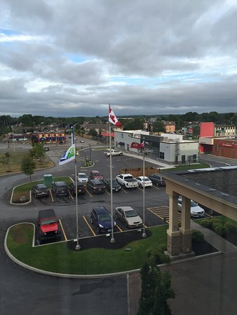 Holiday Inn Express Hotel & Suites Belleville: Parking lot view