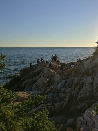 Bass Harbor, Мэн: crowds waiting for the sunset