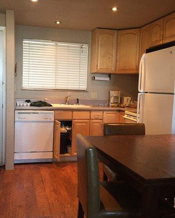 Tahoe Lakeshore Lodge and Spa: kitchen