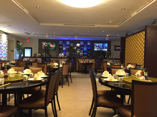 Pembroke Pines, FL: Dining area and bar at Golden Marquess