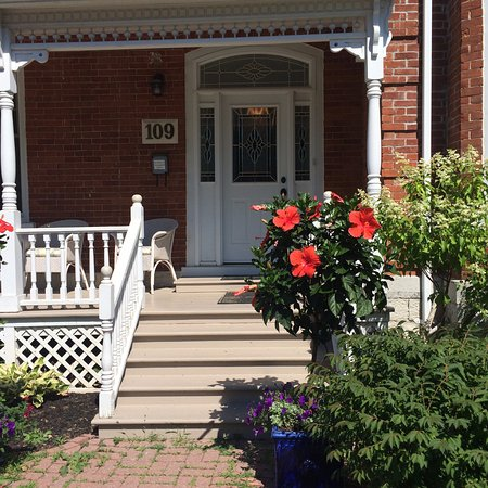 Napanee, Canadá: Front door of the B&B