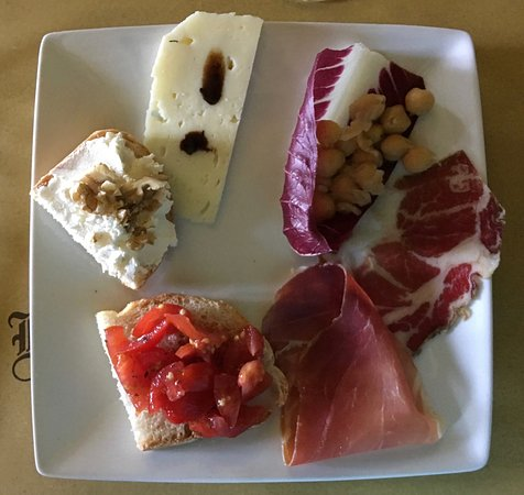 Montefalco, Italy: Gorgeous antipasto plate at lunch on day tour