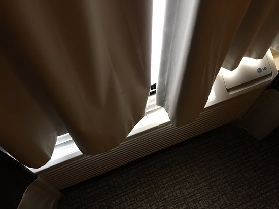 Brunswick, جورجيا: Blackout Curtain restricting airflow.