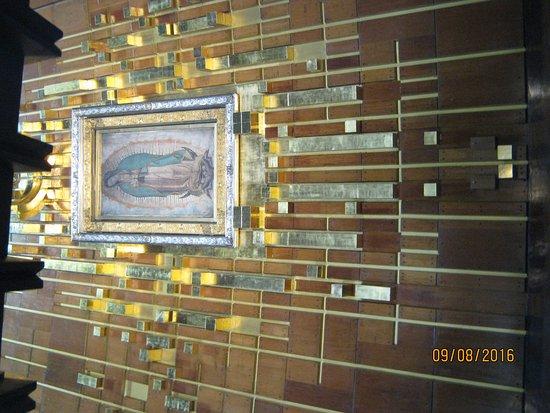 Basilica de Santa Maria de Guadalupe: virgen de guadalupe en ayate, expuesta en altar central.