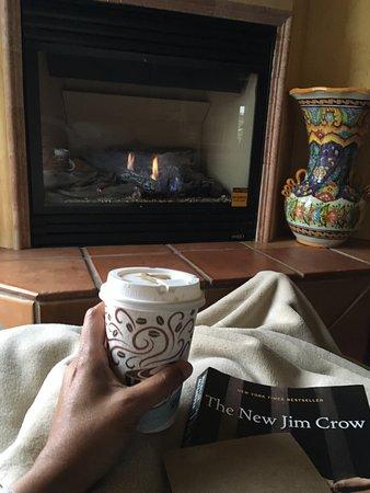 Avila Beach, Καλιφόρνια: Reading by the fire.